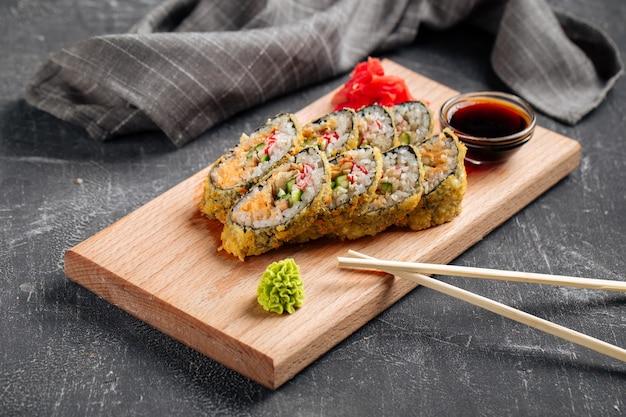 Tempura-sushi-rollen mit käse und krabbenfleisch