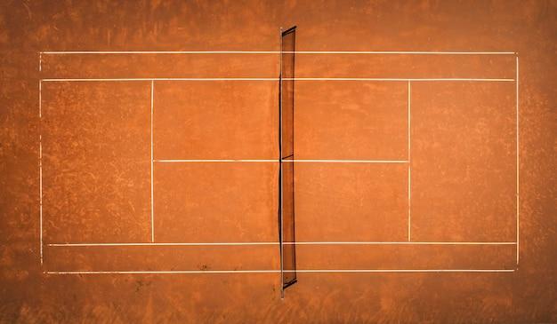 Tennis-sandplatz. blick aus dem vogelflug. luftaufnahmen