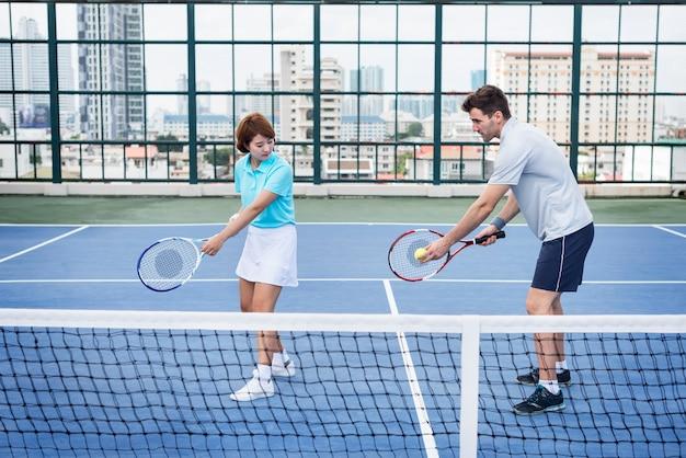 Tennis-trainings-trainer-übungs-athleten-aktives konzept