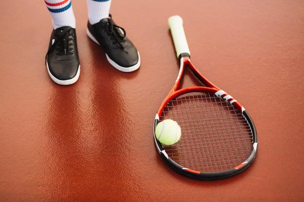 Tennisausrüstung auf dem feld