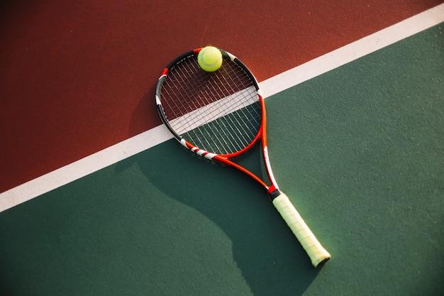 Tennisausrüstung auf dem tennisplatz
