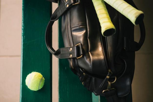 Tennisausrüstungstasche auf einer bank