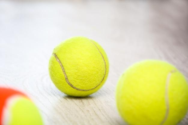 Tennisbälle auf weißem holztisch