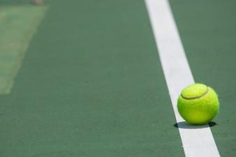 Tennisball auf dem Gericht