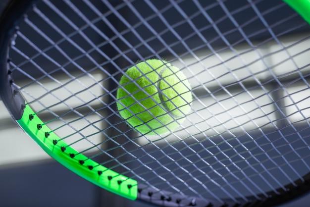 Tennisball auf einem schläger