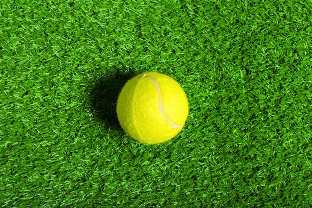 Tennisball auf grünem gras