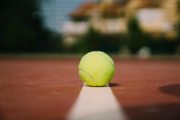 Tennisball auf markierung
