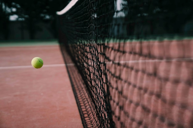 Tennisball erreicht netz