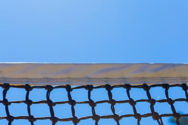 Tennisnetz auf blauem himmel