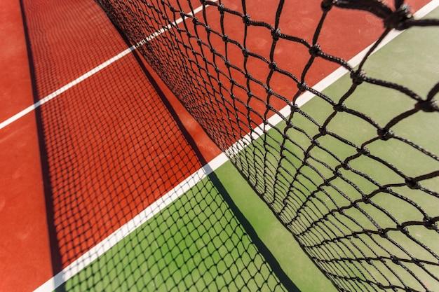 Tennisnetz auf einem tennisplatzhintergrund