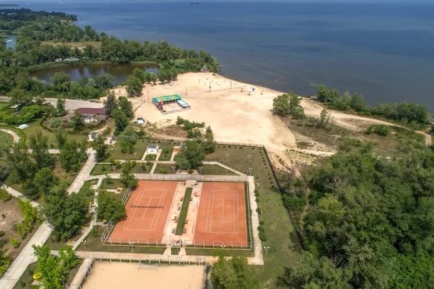 Tennisplätze am strand