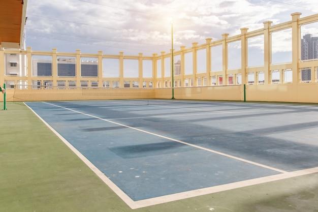Tennisplatz auf einem privaten anwesen am sonnenscheintag