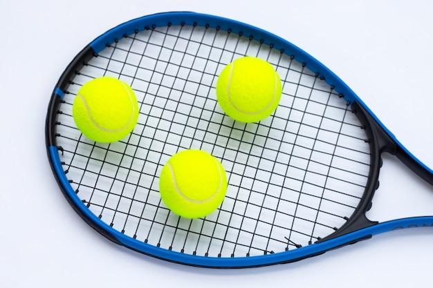 Tennisschläger mit bällen auf weiß.
