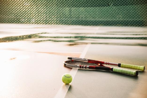 Tennisschläger und ball auf dem tennisplatz