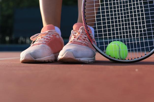 Tennisschläger und der ball auf dem tennisplatz.