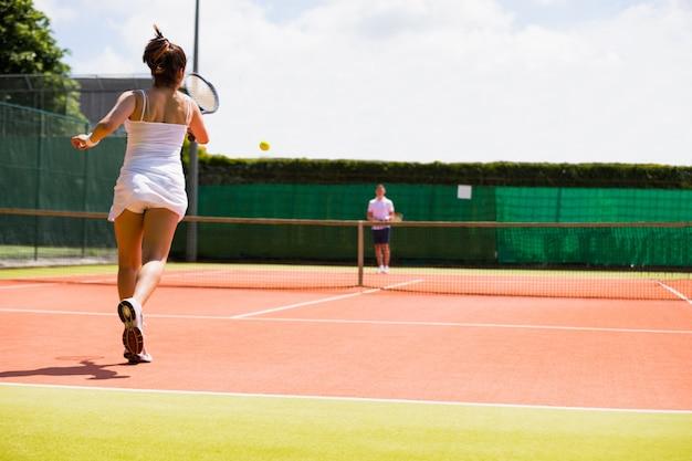 Tennisspiel im gange auf dem platz