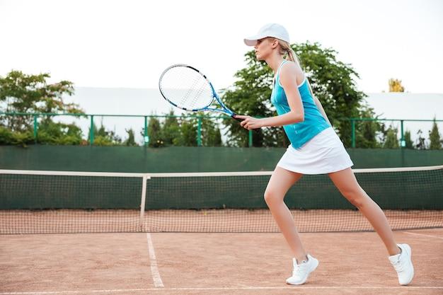 Tennisspieler, der auf dem platz spielt