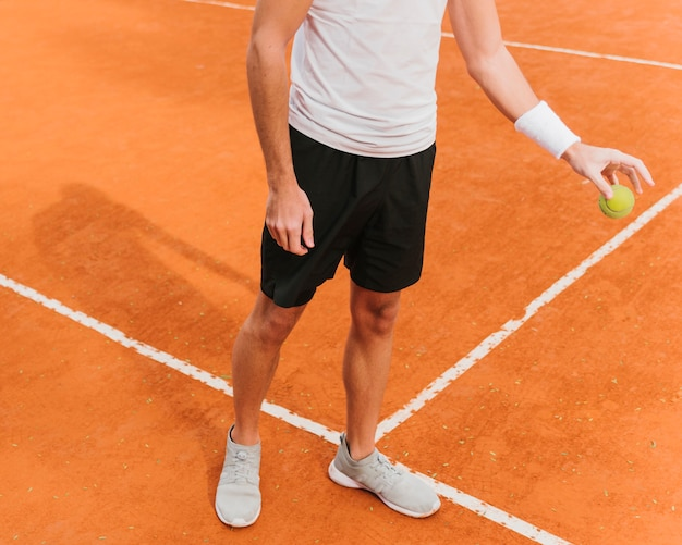 Tennisspieler, der die kugel aufprallt