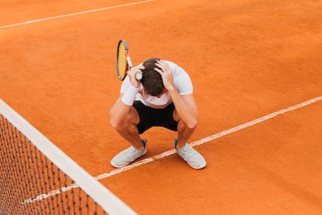 Tennisspieler, der ein spiel verliert