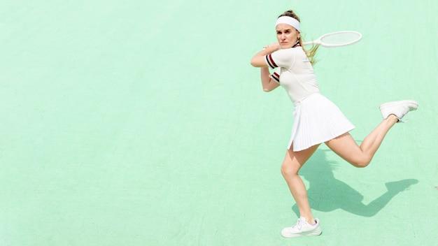 Tennisspieler, der im vertrauen schlägt