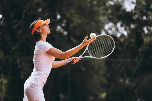 Tennisspieler der jungen frau am gericht