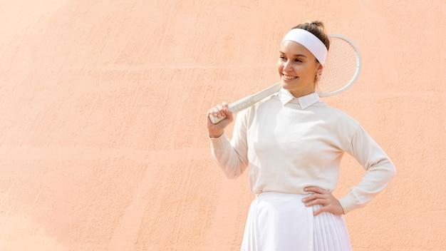 Tennisspieler der jungen frau mit schläger