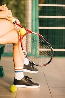 Tennisspieler, der nach einem training stillsteht