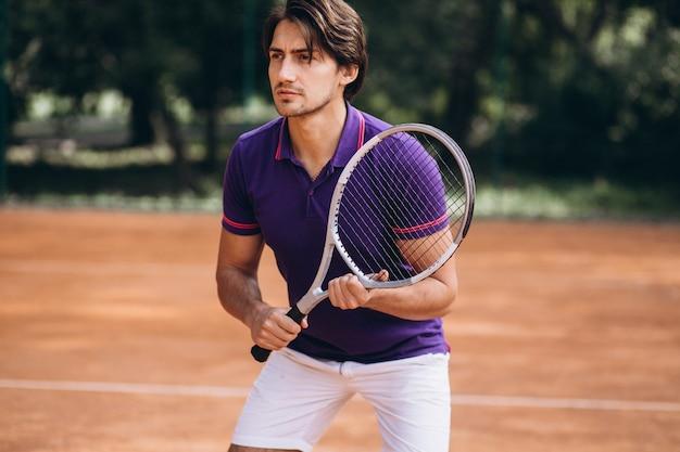 Tennisspieler des jungen mannes am gericht
