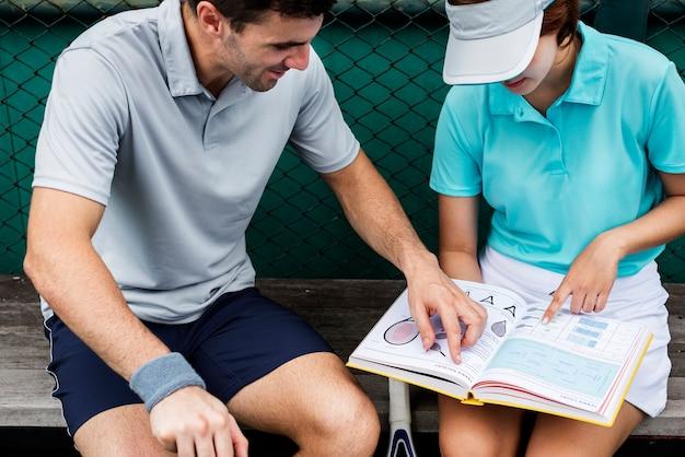 Tennisspieler, die ein handbuch lesen