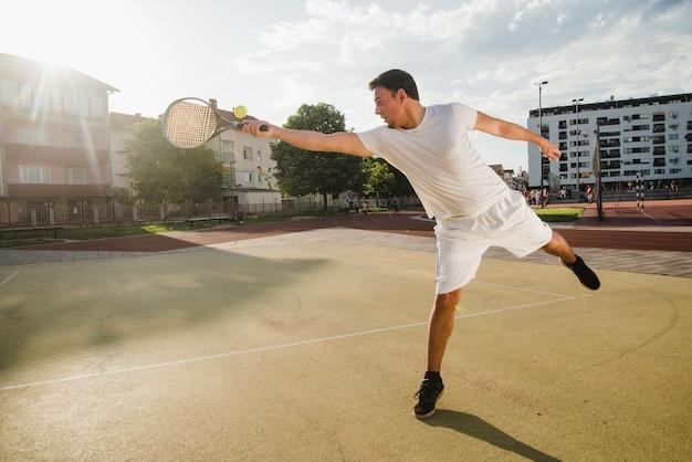 Tennisspieler erreicht ball