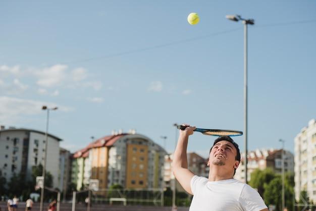 Tennisspieler in städtischer umgebung
