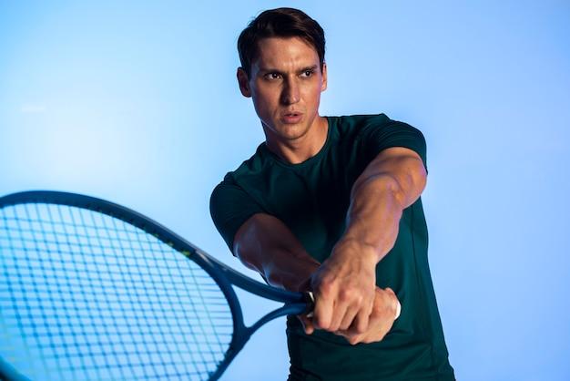 Tennisspieler mit mittlerem schuss