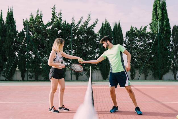 Tennisspieler schütteln sich die hände