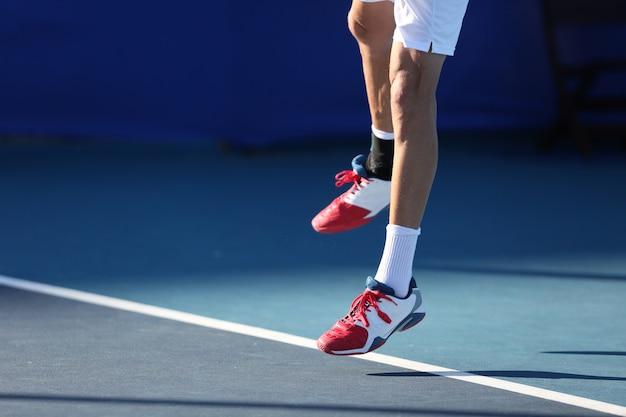 Tennisspieler springen