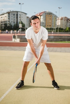Tennisspieler vorbereitet zu treffen