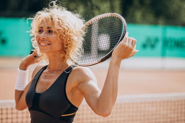 Tennisspielerin am tennisplatz