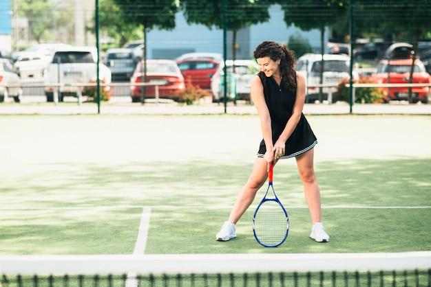 Tennisspielerin erhält in bereit position zu spielen