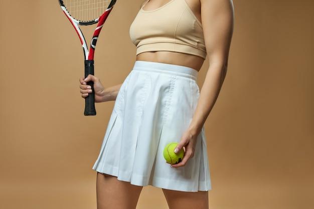 Tennisspielerin mit schläger und ball