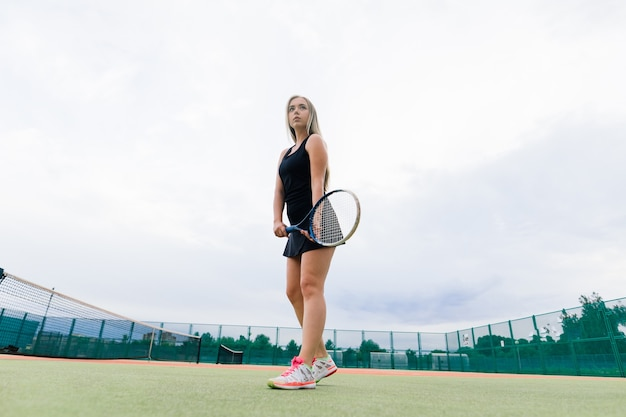 Tennisturnier. spielerin am sandtennisplatz