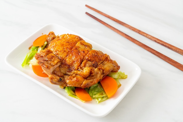Teppanyaki-teriyaki-hähnchensteak mit kohl und karotten