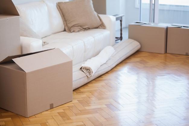 Teppich und kartons aufgerollt