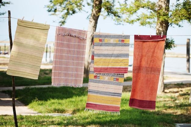 Teppiche hängen an einem seil