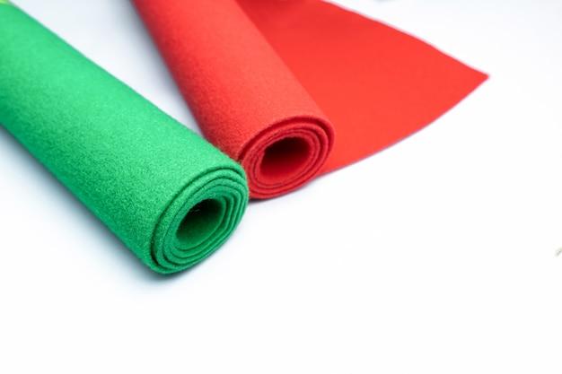 Teppiche rollen auf getrenntem weiß