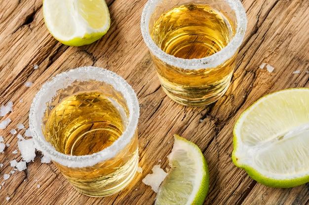 Tequila auf dem tisch