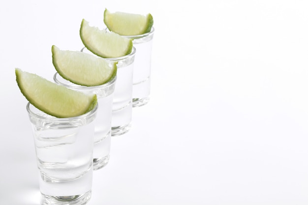 Tequila-aufnahmen mit limettenscheiben