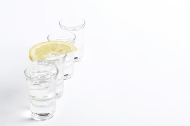 Tequila-aufnahmen mit zitronenscheibe