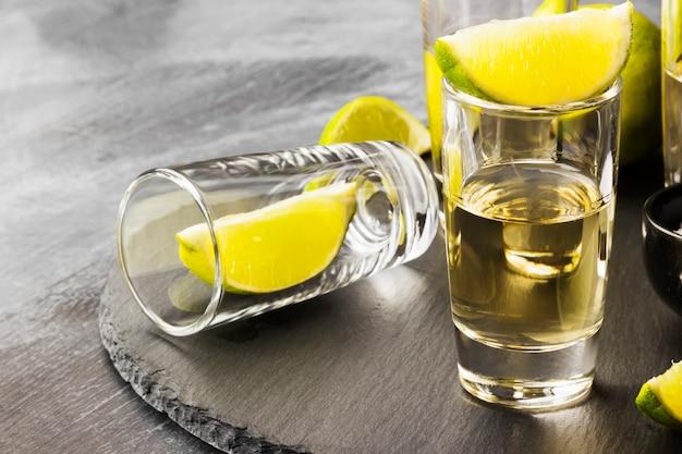 Tequila mit limette und salz