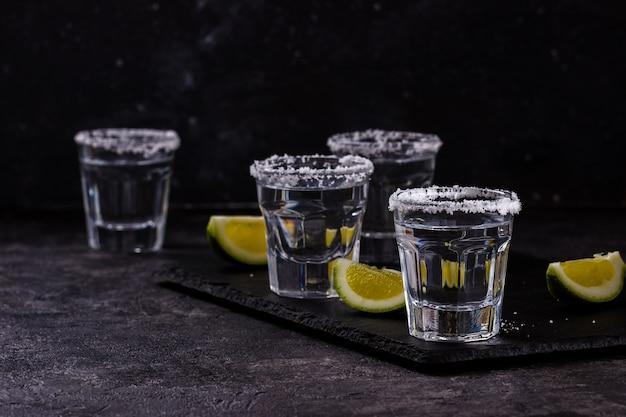 Tequila mit limetten und salz geschossen