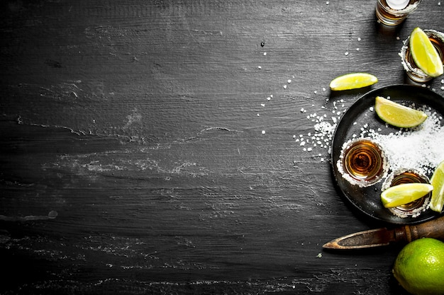 Tequila mit salz und limette. an der tafel.