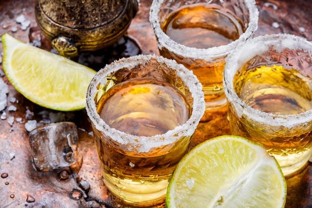 Tequila schoss mit kalk und salz